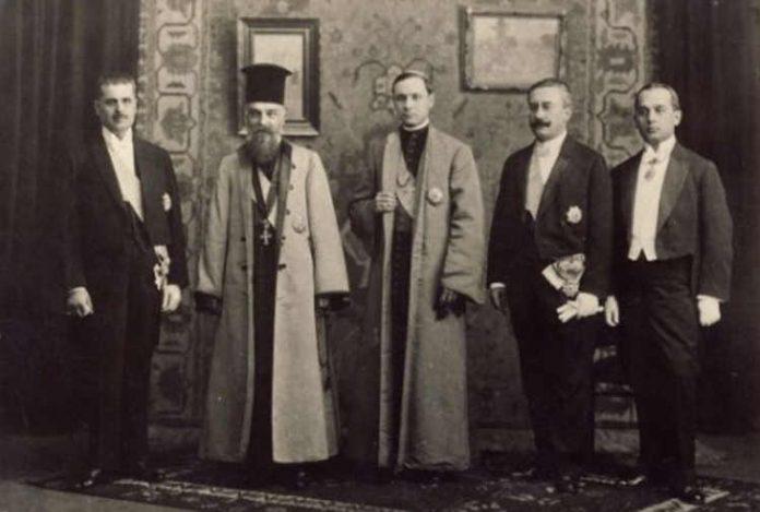 Delegația care a înmânat actul unirii regelui Ferdinand în 1918. (Vasile Goldiș, Miron Cristea, Iuliu Hossu, Alexandru Vaida-Voievod și Caius Brediceanu)